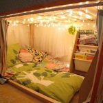 Спальное место в нише на полу - необычный уголок для отдыха