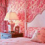 Спальня с обоями и шторами розового цвета, дополненные цветочным узором