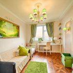 Светлая детская комната с яркими зелеными акцентами