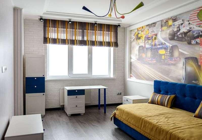 Светлая детская комнаты с полупрозрачными римскими шторами