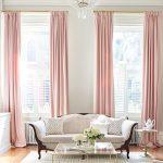 Светло-розовые шторы в интерьере серой гостиной