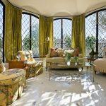 Светло-зеленые шторы в интерьере классической гостиной