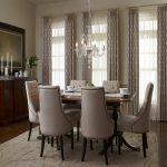 Светлые деревянные карнизы для штор в столовую