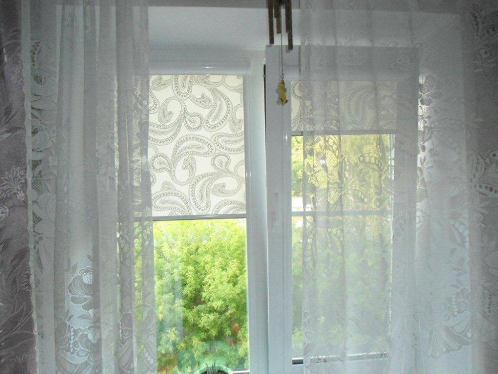 Комбинация рулонных штор с прозрачным тюлем