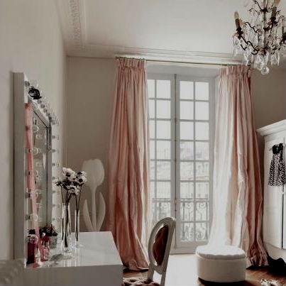 Розовые шторы в спальне в светлых тонах