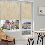 Льняные рулонные шторы на окне гостиной с балконом