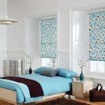 Бирюзовое постельное белье на кровати в спальне