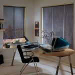 Роллеты из полупрозрачной ткани на окнах домашнего кабинета