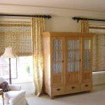 Бамбуковые шторы рулонного типа на окнах гостиной