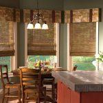 Дизайн кухни-гостиной с бамбуковыми шторами