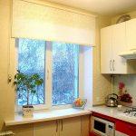Кухонное окно с рулонной занавеской без направляющих