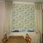 Сочетание прямых занавесок с рулонной шторой в интерьере кухни