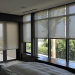 Оформление панорамного окна спальни рулонными шторами