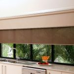 Кухонная мойка перед окном с двойными шторами