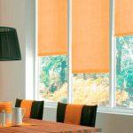 Оранжевые шторы на окне в столовой