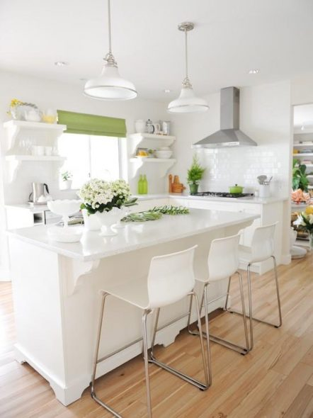 Зеленые шторы в белой кухне