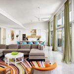 В светлой гостиной используются зеленые шторы необычного оттенка