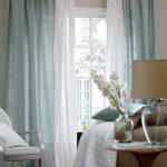 Воздушные бело-голубые шторы для большого окна