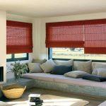 Яркие римские шторы, закрепленные на раме окна