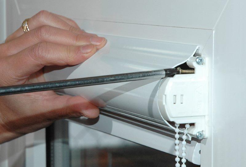 Заворачивания самореза в крепление рулонной шторы