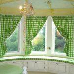 Зеленые клетчатые шторы для окна необычной формы