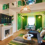 Зеленые шторы в интерьере гостиной-столовой с необычным оформлением