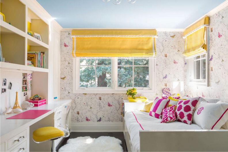 Римские шторы желтого цвета на окнах детской комнаты