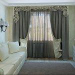 Ажурный жесткий ламбрекен и двусторонние шторы в гостиную