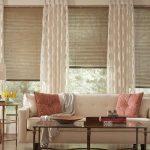 Бамбуковые шторы в сочетании с классическими в гостиной