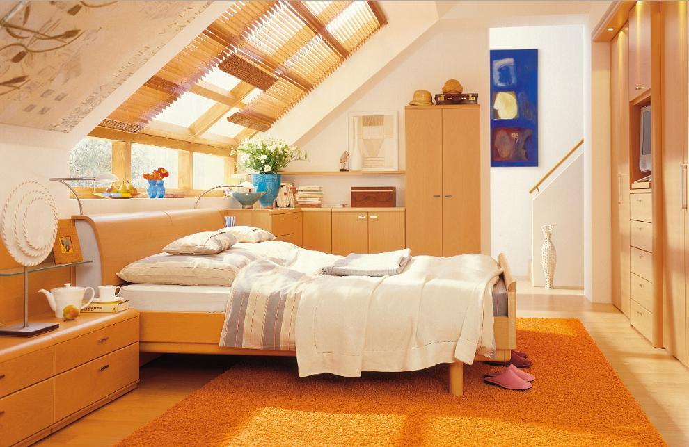 Интерьер спальни в мансарде с бамбуковыми шторами