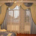 Белые гардины и желто-голубые шторы хорошо смотрятся в комплекте