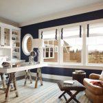 Белые римские шторы с синей окантовкой для комнаты отдыха