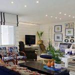 Белые шторы с черными полосками для стильной гостиной