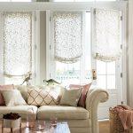 Бескаркасные римские шторы в светлую гостиную