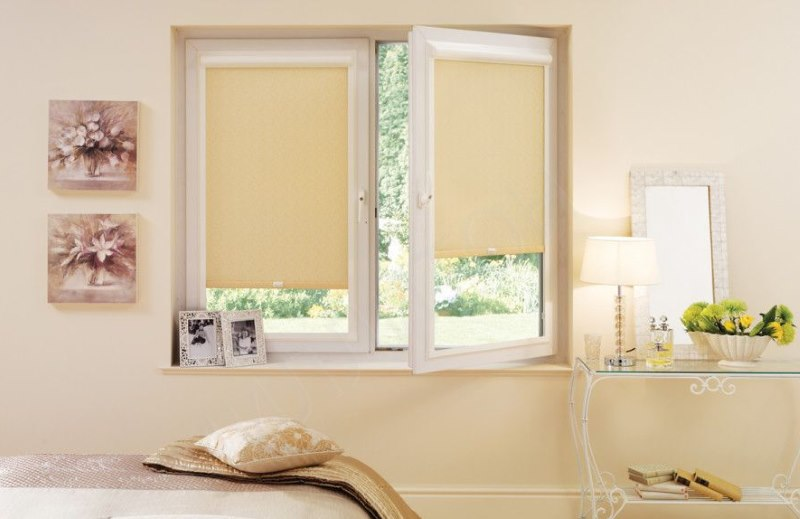 Бежевые роллеты на окне в спальне