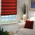 Бордовые шторы на окно и подушка в тон