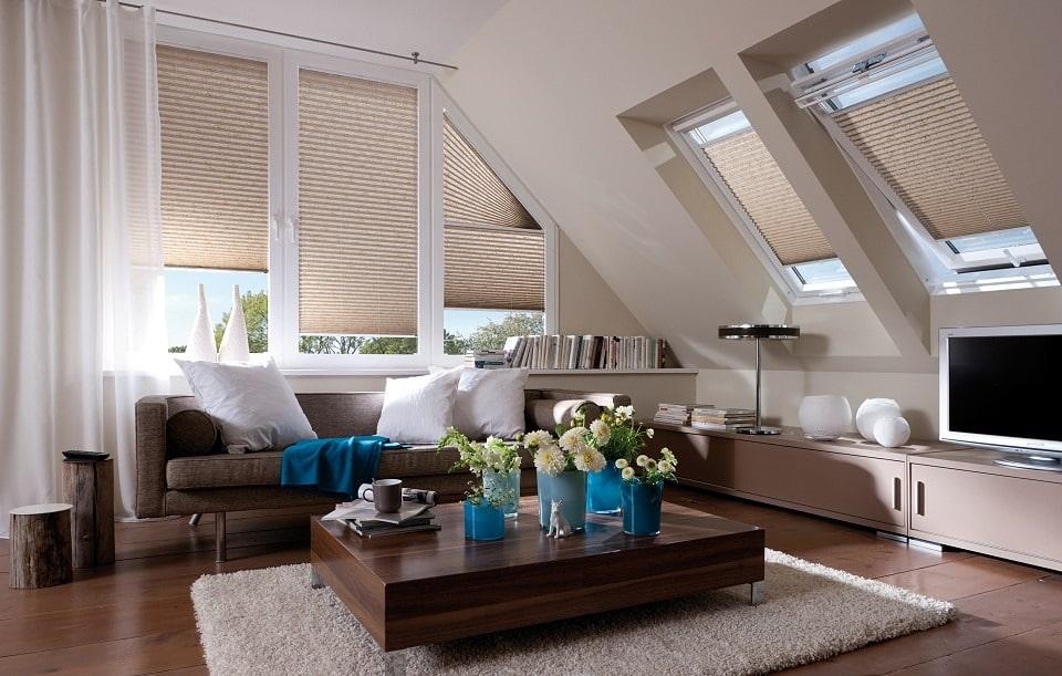 Бумажные шторы плисе на окнах мансарды