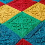 Цветочные вязанные квадраты для пледа спицами