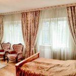 Декоративный багетный карниз для классической спальни