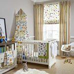 Детская комната, украшенная римскими шторами со звездочками