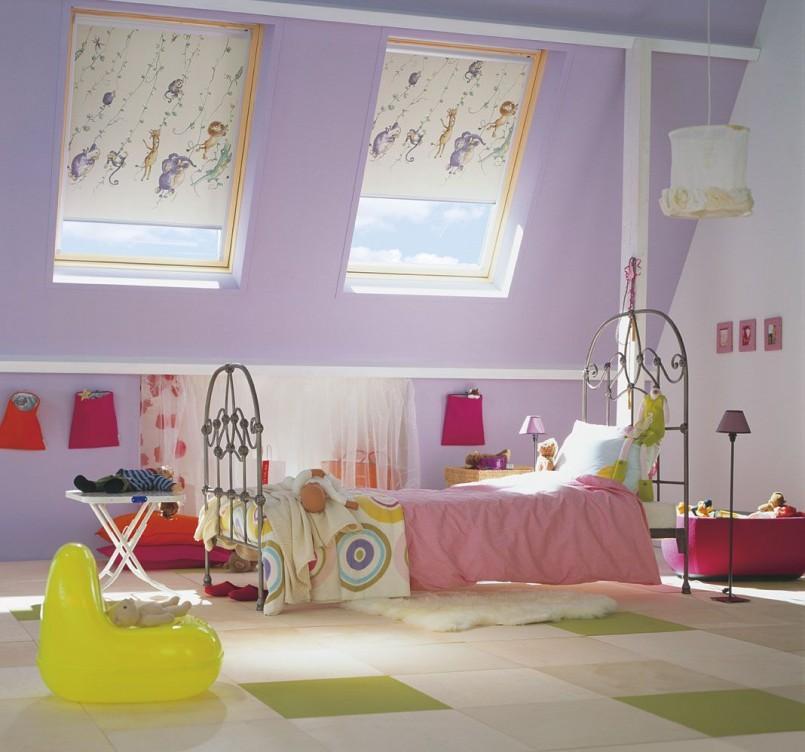 Интерьер детской в мансарде с легкими шторами рулонного типа