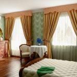 Фигурные ламбрекены на окна в спальне