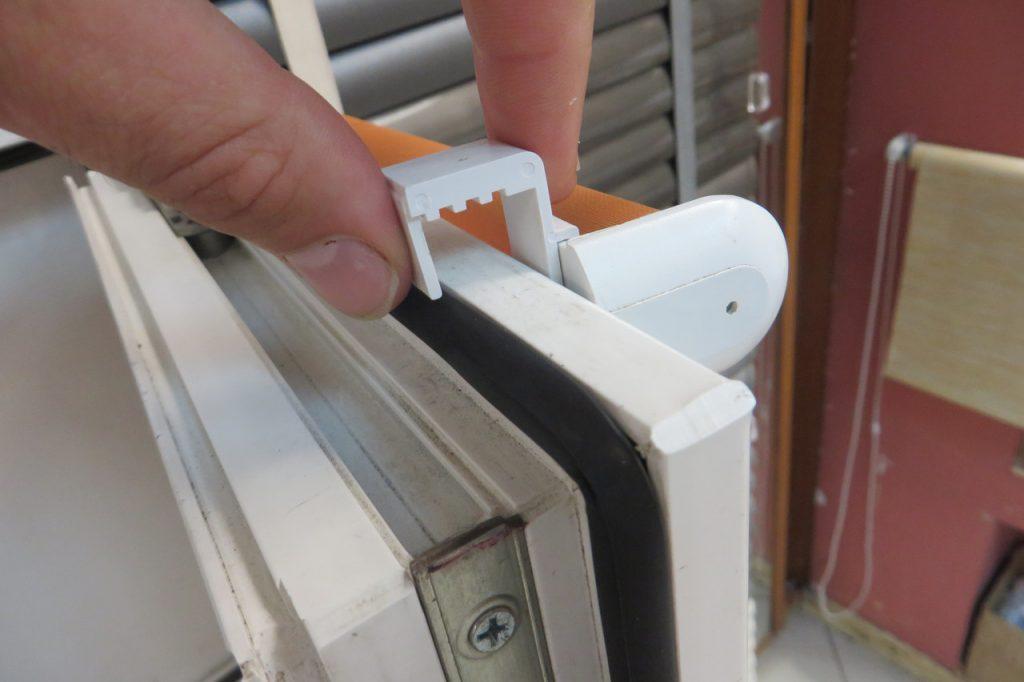 Закрепление пластиковых кронштейнов рулонной шторы на поворотной створке