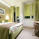 Оливковые мини рулонные шторы в интерьере спальни
