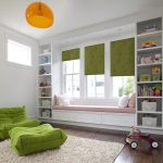 Зеленные роллеты на окне детской комнаты