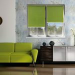 Дизайн гостиной с зеленым диваном
