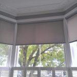 Крепление рулонных штор на окнах эркера