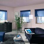Черный диван в интерьере гостиной