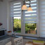 Белые шторы зебра на кухонном окне