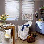 Белый чехол на кресле в кухне частного дома
